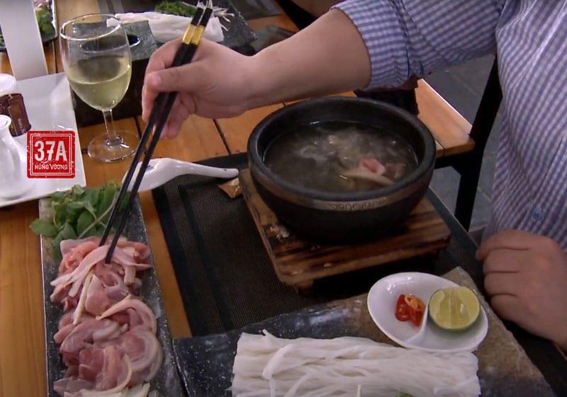 Quý thực khách tự nhúng thịt và bánh phở vào bát nước dùng tùy theo khẩu vị